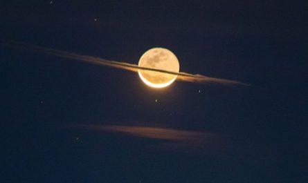 Луна как пробное тело